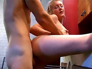 La Gramme-force dans le porno Lindona Stejchna affecte le porno d'adolescent - tetonas les films - à la maison, l'ami, la photo érotique, baisée