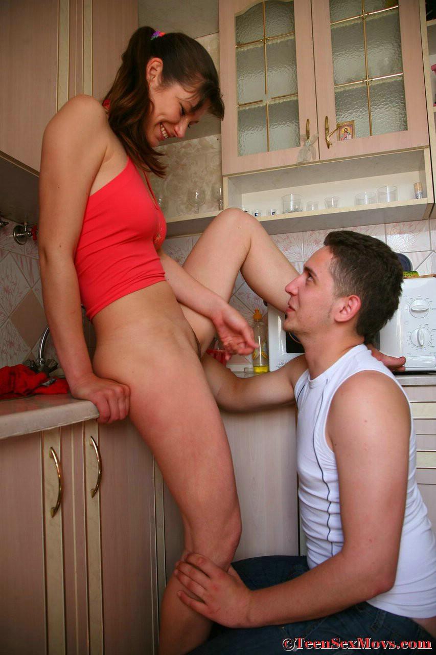 Сестра соблазнила брата в кухне 8 фотография